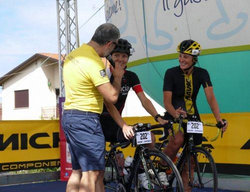 Donne in bici: Sarah e Iryna che hanno concluso l' Utracycling Dolomitica