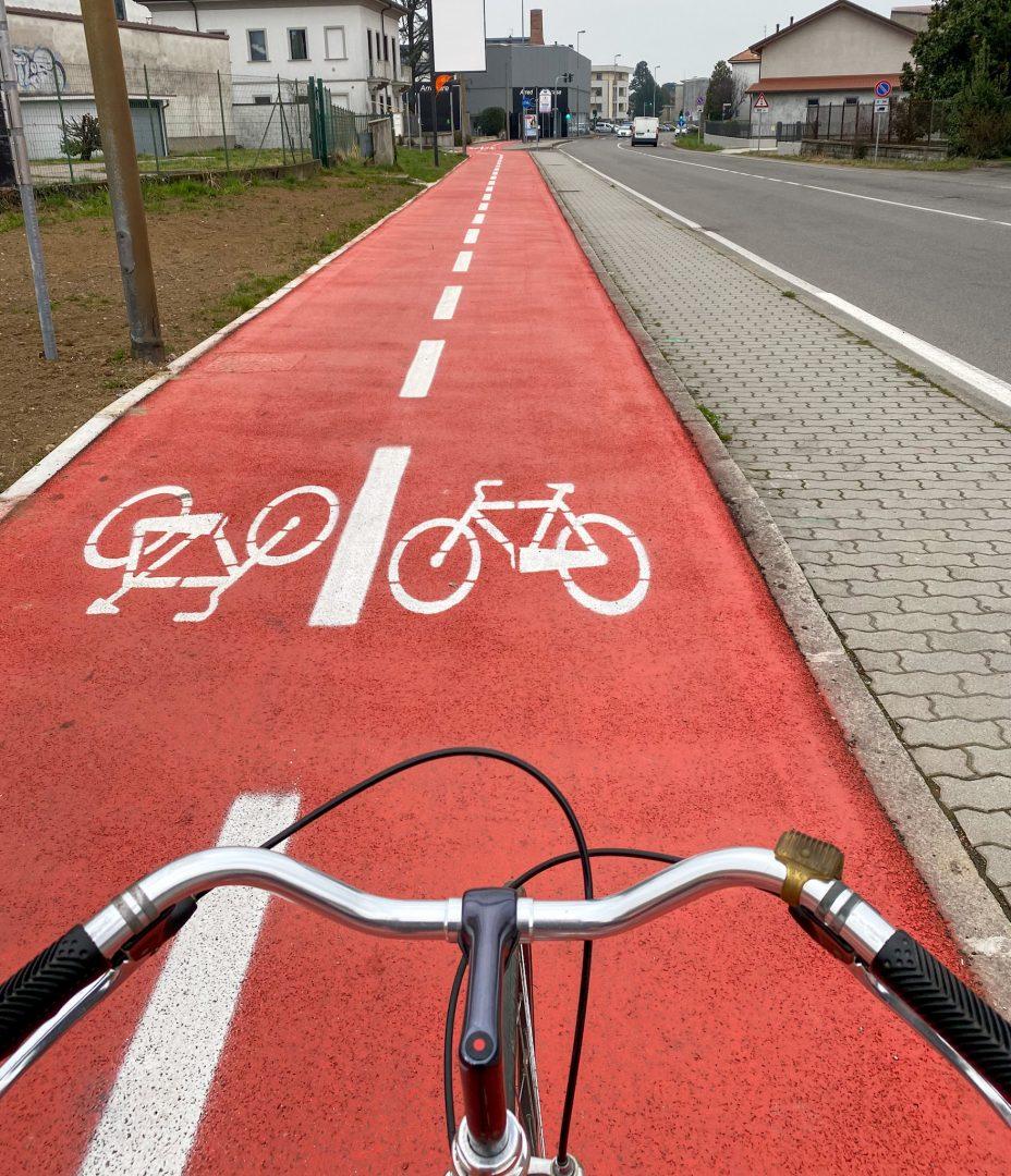 andare in bicicletta sulle piste ciclabili