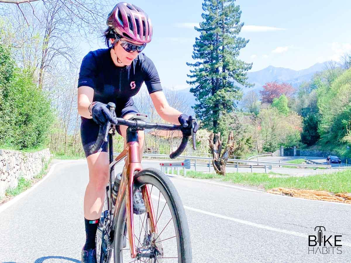 sulla salita del Ghisallo in bici da strada elettrica